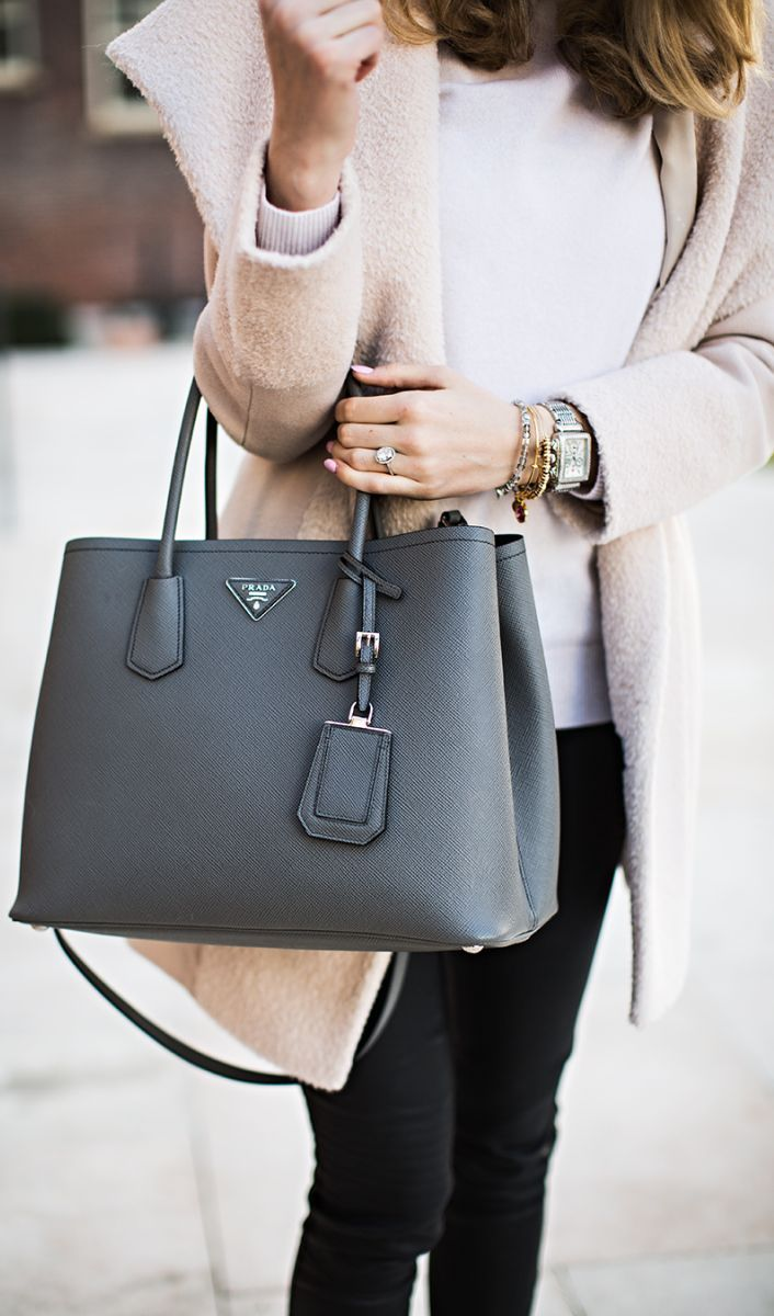 7d1eb7e1c257 Bags & Handbag Trends : Tote de Prada pour marcher en ville avec ...
