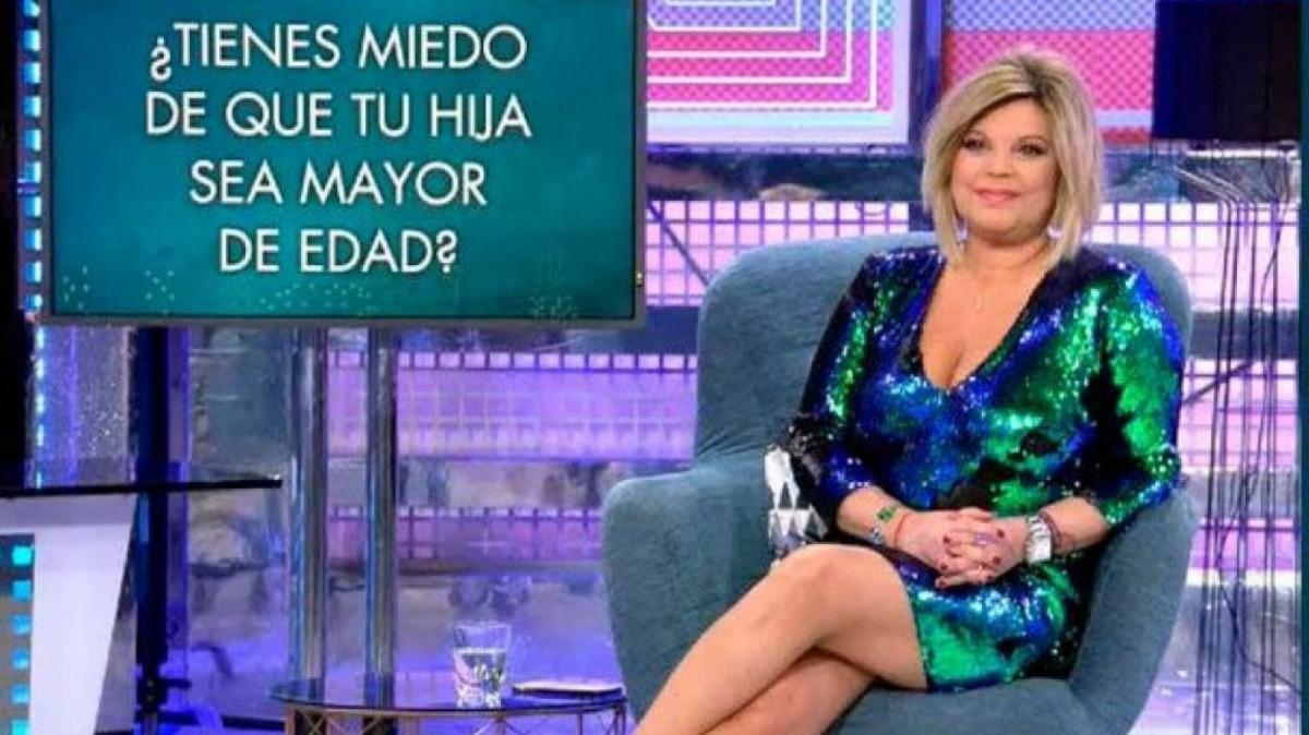 Terelu Campos avec la robe à sequins Zara dans 'Saturday Deluxe'