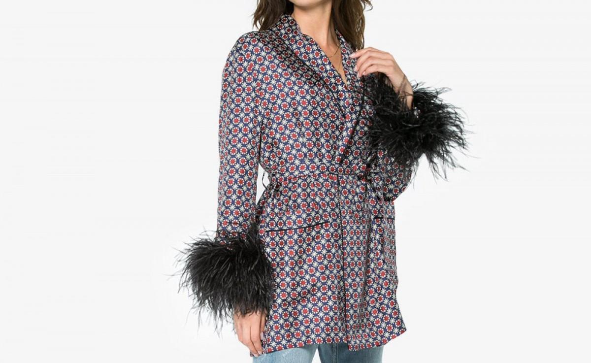 La veste en soie Prada avec des poignets en plumes noires